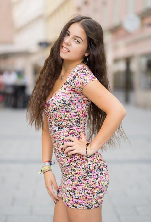 花裙卷发女孩